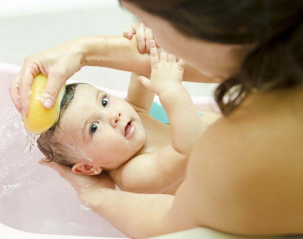 El primer ba o de mi beb ba o de esponja kinedu blog - Ropa de bano bebe ...